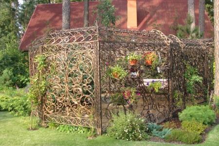 Кованые изделия в саду