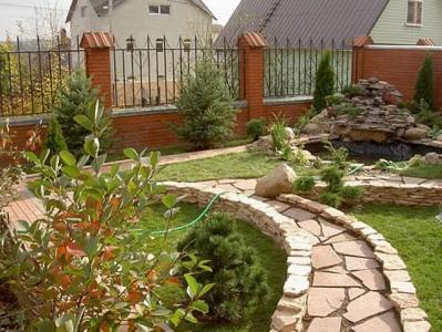 одна из садовых дорожек