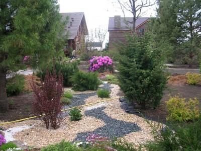садовая дорожка из цветного гравия