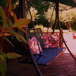 Уютные садовые качели