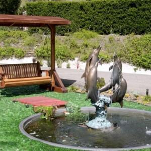 Садовые качели возле дома