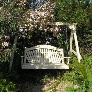 Стильные садовые качели