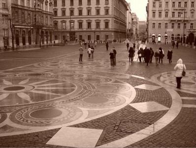 площадь, выложенная тротуарной плиткой