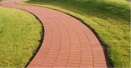 Дорожка, выполненная из тротуарной плитки