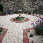 Сад на фоне гравия