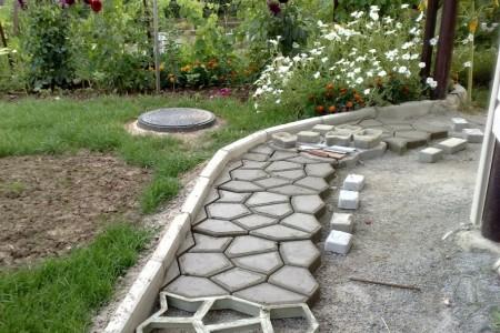 Как изготовить и уложить бетонные камни или создаем садовые дорожки из обычных бетонных плит