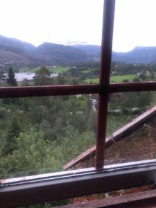 вид с дома с зеленой крышей